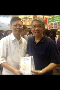 這位讀者即場買了七本書,以表示支持
